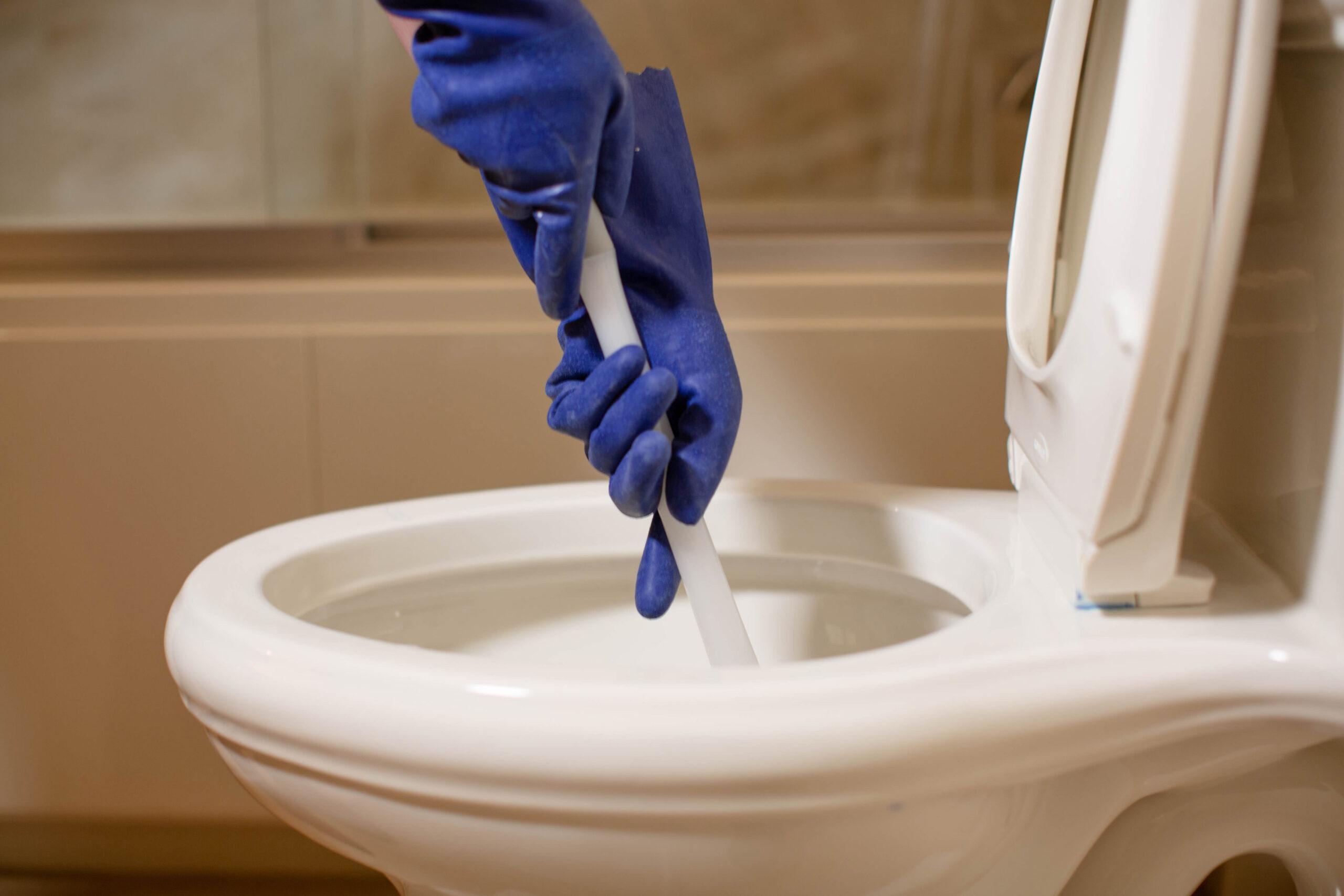 Как да отпушим канал на тоалетна